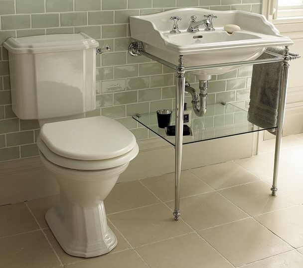lavabos antiguos y otras piezas de porcelana de estilo